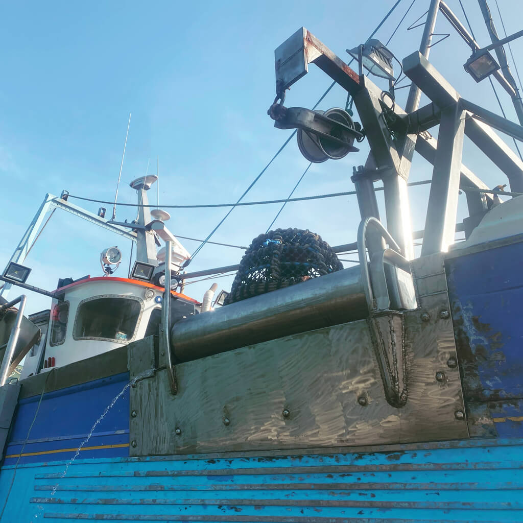 Mounted gunnel roller on commercial fishing vessel