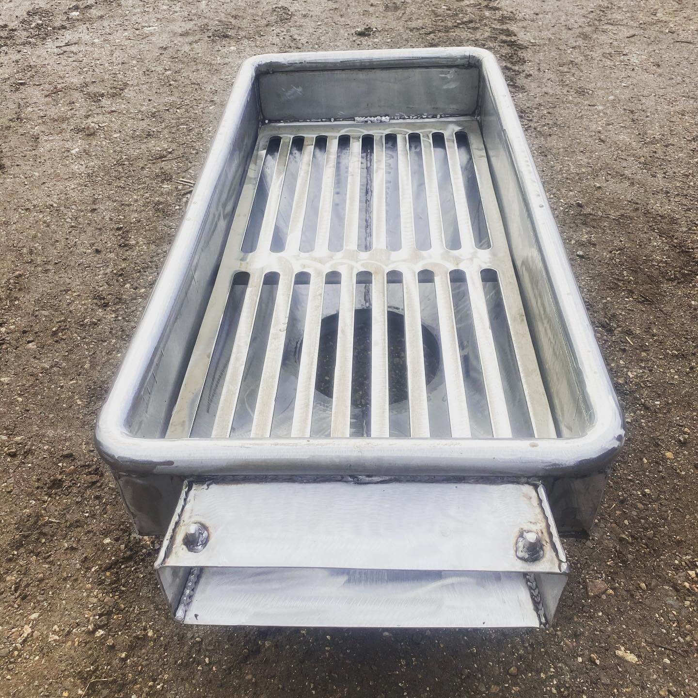 Front on custom riddle tray for commercial fishing
